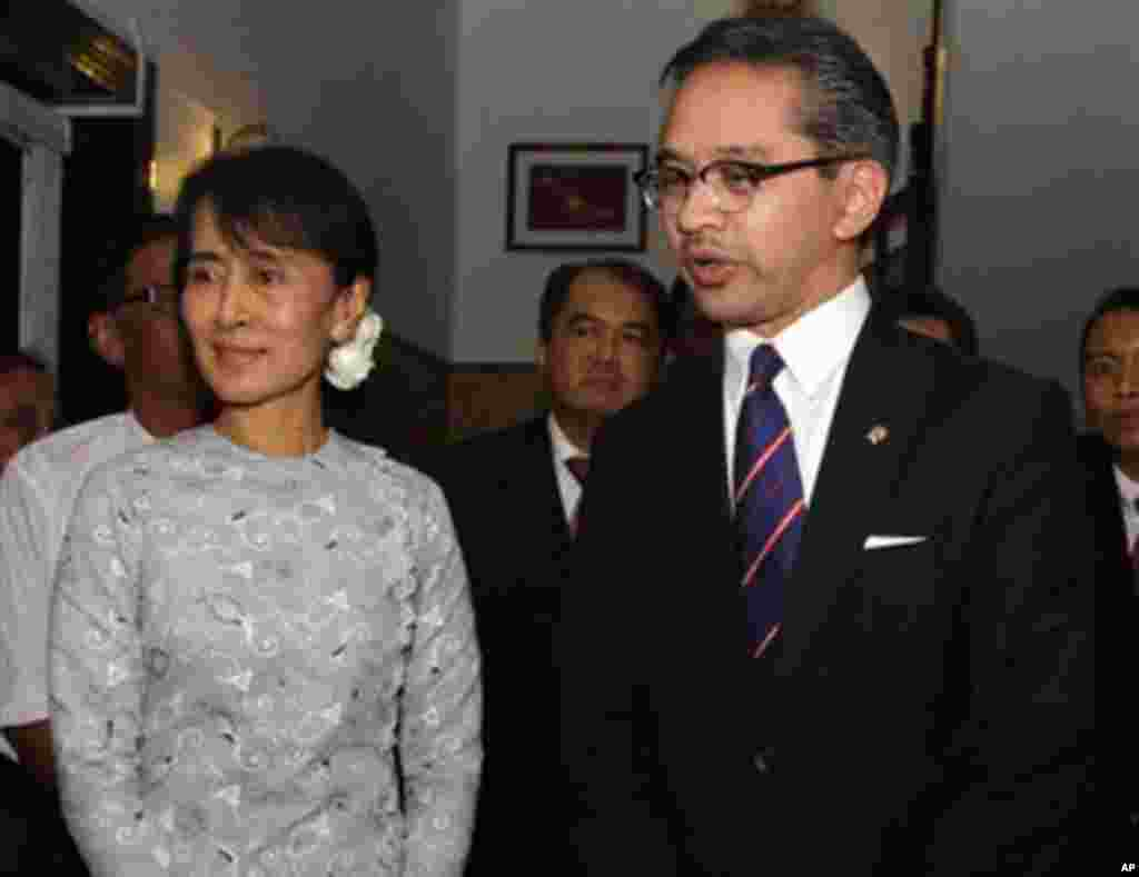 Indonesia Foreign Minister R.M. Marty M. Natalegawa,right, talks to media after meeting with Myanmar's pro-democracy leader Aung San Suu Kyi, left, at her home Saturday, Oct. 29, 2011, in Yangon, Myanmar. (AP Photo/Khin Maung Win)