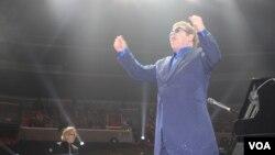 Elton John interpretó temas clásicos, así como canciones de su más reciente disco. [Foto: Mitzi Macias, VOA].