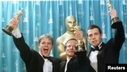 از چپ به راست: مت دیمون، رابین ویلیامز و بن افلک برندگان اسکار سال ۱۳۷۷ برای فیلم ویل هانتینگ خوب.
