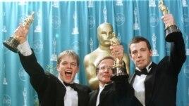 """Robin Williams (giữa) đoạt giải Nam diễn viên phụ xuất sắc cho phim """"Good Will Hunting"""" năm 1997."""
