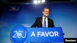 스페인 총선 결과가 발표된 27일 리아노 라호이 총리가 자신이 이끄는 국민당 선거 본부에서 기자회견을 하고 있다.