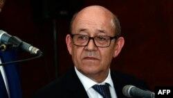 Le ministre français des affaires étrangères Jean-Yves Le Drian, à l'ambassade française à Dakar, 15 juin 2017.