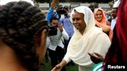 Aisha Musa Sayyed akisalimiana na wanamichezo huko Khartoum, Sudan.