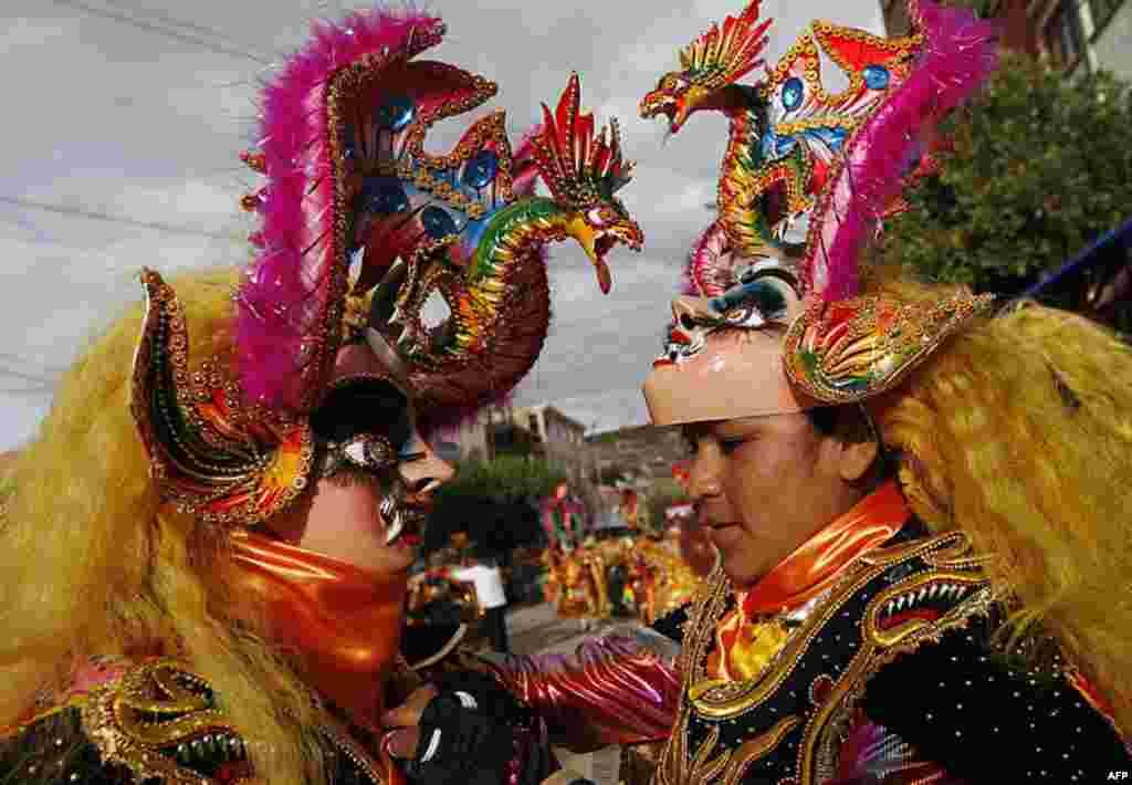 Các vũ công, trong hóa trang của quỷ, chuẩn bị khởi sự Lễ Hội ở Oruro, Bolivia hôm 18/2/12 (AP)