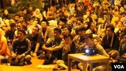 Ratusan warga Surabaya menghadiri acara nonton bareng di Taman Bungkul yang digagas Forum Kebangsaan Jawa Timur untuk menumbuhkan semangat kebangsaan, nasionalisme dan menghargai keberagaman (Foto: VOA/Petrus).