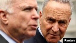 McCain, junto a Schumer, dijo que no cree que la Cámara de Representantes empiece a tratar por partes el tema de la reforma migratoria.