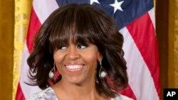 Michelle Obama se sintió muy mortificada al tener que acercarse a la mujer para pedirle que la dejará continuar o de lo contrario se retiraba del lugar.