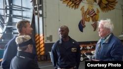 Thiếu tá Tim Hawkins (giữa).