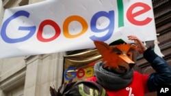 Xwepêşanderekî pêş navenda Google ya li Parîsê (Arşîv)