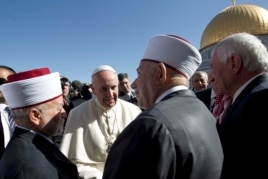 Pope Francis meets with the Mufti of Jerusalem Muhammad Ahmad Hussein, left, and Abdul Azeem Salhab, Head of the Waqef supreme court, near the Dome of the Rock Mosque, May