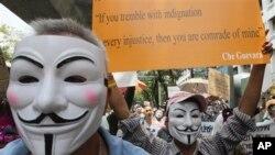 Dân Thái Lan xuống đường biểu tình phản đối các động thái dẫn đến việc đặc xá cựu Thủ tướng Thaksin Shinawatra.