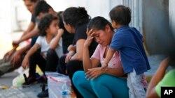 USCIS declaró que seguirá procesando solicitudes introducidas antes del 7 de agosto, luego de objeciones de médicos, abogados de inmigración y grupos de derechos civiles.