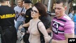 Cảnh sát Belarus mặc thường phục bắt một người tham gia cuộc tập họp hành động hàng tuần hôm 20/7/1011 với tên gọi 'Cách mạng qua Trang mạng Xã hội'