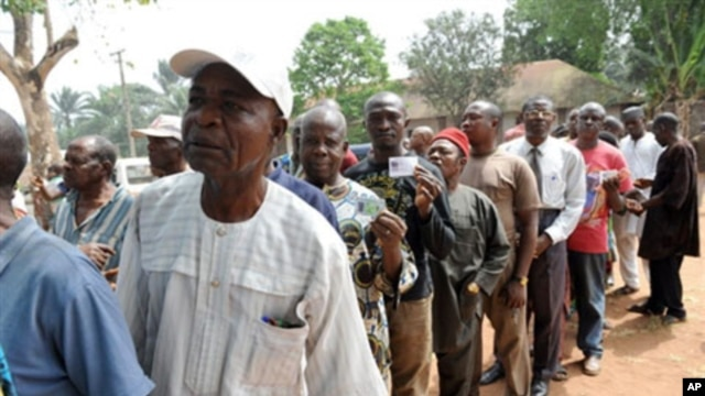 Voters queue to cast their vote during the governorship election at Ekulobia district in Anambra State, Nigeria, 06 Feb 2010 (file)