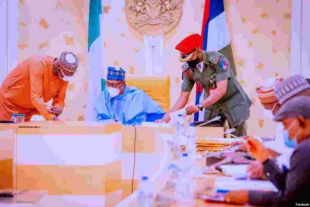 Shugaba Buhari yayin da ake gudanar da tarot majalisar zartarwar kasar, Laraba 8 ga watan Satumba (Facebook/Fadar gwamnati)