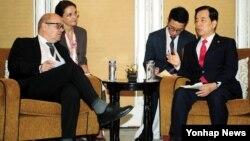 지난 5일 싱가포르 열린 아시아안보회의에 참석한 한민구 국방장관(오른쪽)과 장-이브 르 드리앙 장관이 한-프랑스 국방장관 회담에서 환담하고 있다. (자료사진)