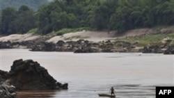 Một ngư dân đánh bắt cá trong khúc sông Mekong gần nơi xây đập Xayaburi
