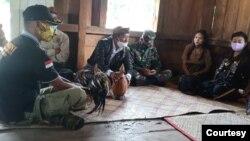 "Upacara hukum adat ""Boto Cuku Nunga"" dilangsungkan di Manggarai Timur hari Sabtu (20/2) guna menghukum seorang pelaku penembakan satwa liar dilindungi. (Foto: Humas KLHK)."