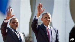 President Obama hamwe na president wa Tanzania Kikwete baramutsa abanyagihugu ku ngoro kwa president i Dar es Salaam.