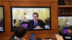 台湾环保署长魏国彦在巴黎以视讯连线召开会议 (照片来源:美国之音李逸华拍摄)