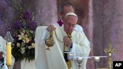 폴란드를 방문한 프란치스코 로마 가톨릭 교황이 31일 남부 크라코우 인근에서 미사를 집전하고 있다.