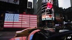 Một màn hình điện tử trước của thị trường chứng khoán Nasdaq tại Quảng trường Times ở New York.