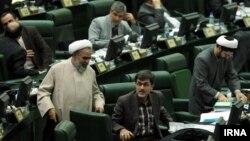 مهدی کوچک زاده، علیه حسن روحانی در مجلس نامه توزیع کرد
