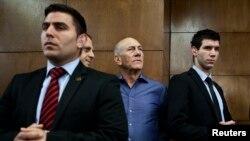 Cựu Thủ tướng Israel Ehud Olmert chờ để nghe phán quyết tại Tòa án ở Tel Aviv, ngày 31/3/2014.