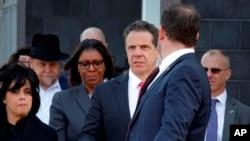 El gobernador de Nueva York, Andrew Cuomo, que tenía programado un acto en Brooklyn, se desplazó al lugar para conocer detalles sobre el hecho.