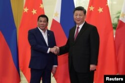 លោកប្រធានាធិបតីហ្វីលីពីន Rodrigo Duterte ចាប់ដៃជាមួយនឹងលោកប្រធានាធិបតីចិន Xi Jinping មុនកិច្ចប្រជុំមួយនៅក្នុងក្រុងប៉េកាំង កាលពីថ្ងៃទី២៥ ខែមេសា ឆ្នាំ២០១៩។