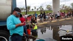 玛利亚飓风过后。波多黎各人排队领水(2017年10月1日)