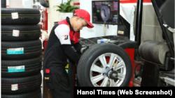 Một công nhân thử lốp xe ô tô tại nhà máy sản xuất của Bridgestone Việt Nam. Ảnh minh họa.