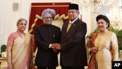 PM India Manmohan Singh (dua dari kiri) didampingi istrinya Gursharan Kaur berpose bersama Presiden Susilo Bambang Yudhoyono (dua dari kanan) dan ibu negara Ani Yudhoyono di Istana Merdeka, Jakarta (11/10).