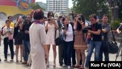 龙应台被许多洛杉矶的中文媒体记者紧盯(美国之音国符拍摄)