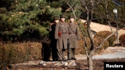 朝鲜半岛临时军事分界线板门店朝鲜一侧的执勤军人