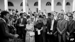 1961年8月28日肯尼迪总统在白宫为即将奔赴非洲的和平队志愿者送行