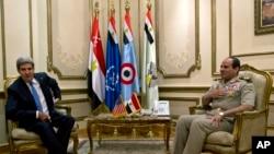 ABD Dışişleri Bakanı John Kerry Mısır Genelkurmay Başkanı General Abdül Fettah el-Sissi ile görüşürken