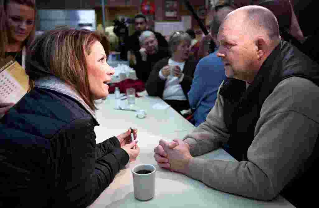 Michele Bachmann se reúne con los clientes en el restaurante Nodaway en Greenfield, California, parte de la campaña antes de llegar a Iowa.