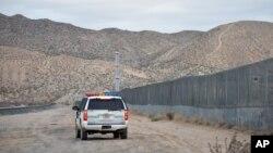 امریکی بارڈر سیکیورٹی کے اہل کار میکسیکو کی سرحد کے ساتھ سن لینڈ علاقے میں گشت کر رہے ہیں۔ 18 جولائی 2016