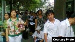 7月1日上午9點數十公民在中國外交部排隊遞交《信息公開申請表》(圖片來源:曹順利)