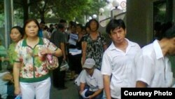 7月1日上午9点数十公民在中国外交部排队递交《信息公开申请表》(图片来源:曹顺利)