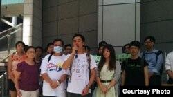 民阵成员(前排左起:洪晓娴、杨政贤、岑永根)在警察总部抗议(民阵Facebook图片)