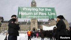 지난 2월 캐나다 의회 앞에서 북한에 억류된 한국계 캐나다인 임현수 목사의 석방을 요구하는 집회가 열렸다. 임 목사는 인도주의 지원 사업 목적으로 방북했다가 지난해 1월 억류됐고, 12월 반국가 종교 활동 혐의로 종신형을 선고 받았다. (자료사진)