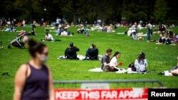 Građani New Yorka odmaraju se u Central parku 2. maja 2020.