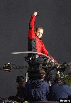 Nik Wallenda, meluapkan kegembiraannya sesaat setelah berhasil meniti tali selama 25 menit, melintasi air terjun Niagara (15/6)