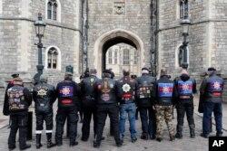 11일 영국 윈저성에서 최근 타계한 필립 공을 추모하는 오토바이 클럽 회원들이 서 있다.