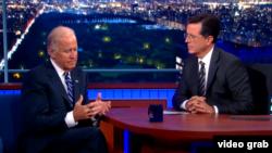 Віце-президент США Джозеф Байденn (ліворуч) і телеведучий Стівен Колбер в програмі The Late Show на каналі CBS