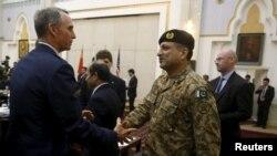 Tư liệu - Một thành viên của phái đoàn Hoa Kỳ (bên trái) bắt tay với một thành viên của phái đoàn Pakistan trước cuộc họp ở thủ đô Kabul, Afghanistan, ngày 18 tháng 1 năm 2016.