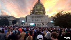 People stake out positions on the U.S. Capitol lawn to see Pope Francis' address to Congress, Sept. 24, 2015. (Photo: VOA Indonesian service)