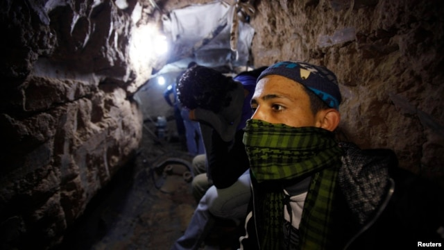 Palestinian worker moves goods through a smuggling tunnel between the Gaza Strip and the Egyptian Sinai February 19, 2013.